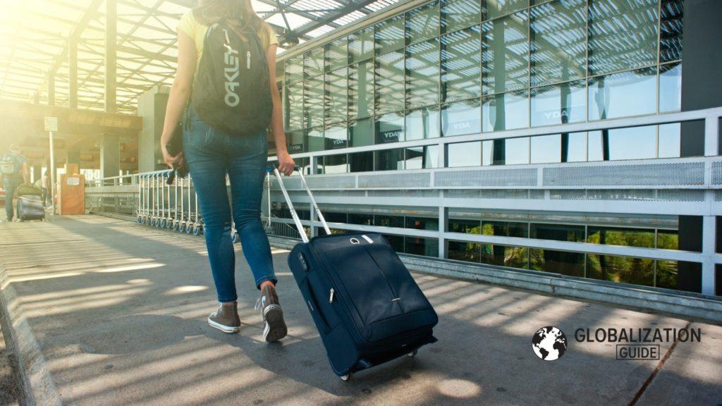 Mujer saliendo de aeropuerto morral negro residencia